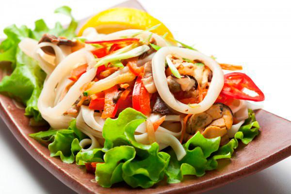 Салат с мидиями и кальмарами и креветками