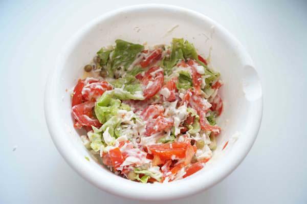 салат с помидорами и листьями салата