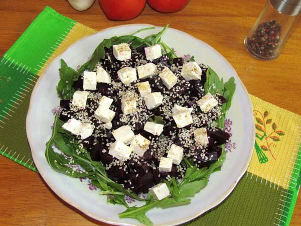 салат с рукколой, свеклой и сыром