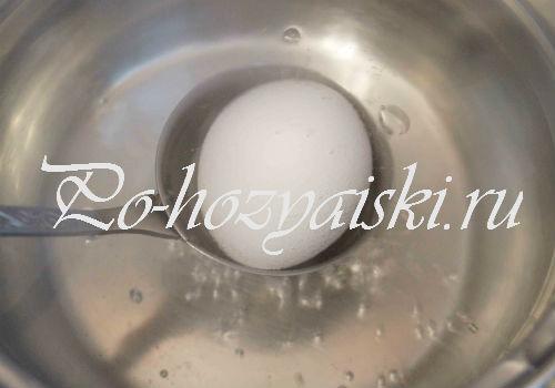 опустить яйца в кипящую воду