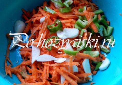 добавить морковь и чеснок