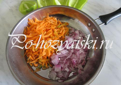 нарезать лук с морковкой