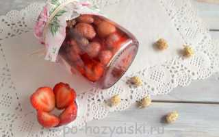Заготовка консервированной шелковицы с клубникой в мятном сиропе