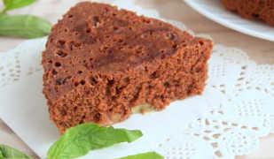 Шоколадный пирог с ревенем, приготовленный в мультиварке