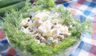 Диетический салат с курицей и черносливом