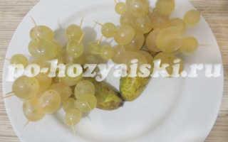 Аппетитные ежики из груши и винограда