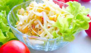 Диетический салат с капустой и крабовыми палочками