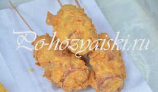 Сосиски на палочке в кляре на сковороде — рецепт с фото