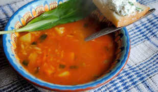 Томатный суп с рисом и черемшой