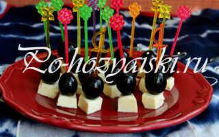 Канапе с сыром и виноградом на шпажках — рецепт с фото
