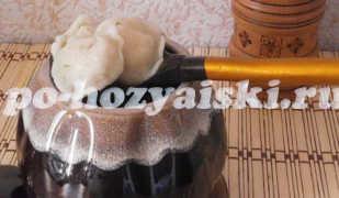 Домашние пельмени в горшочках с куриным бульоном