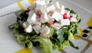 Салат из щавеля с крабовыми палочками и соленым сыром