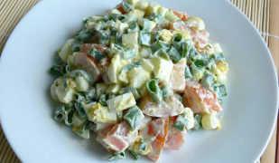 Красочный салат с яйцами и помидорами