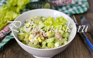 Рецепт легкого салата с печенью трески и сельдереем —  рецепт с фото