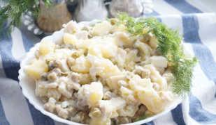 Низкокалорийный салат с кальмарами и горошком