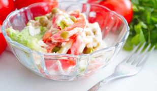 Диетический салат с помидорами и листьями салата