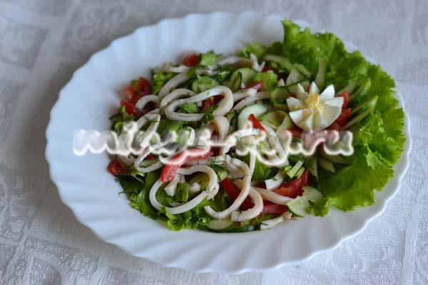 Салат с кальмарами и помидорами на праздничный стол