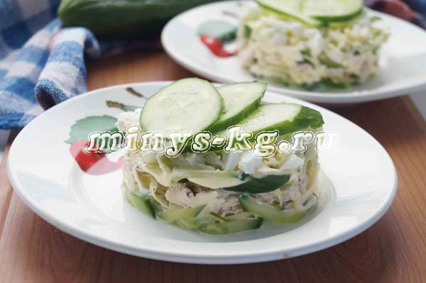 салат с куриной грудкой и свежими огурцами