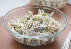 Салат с капустой, огурцом и крабовыми палочками